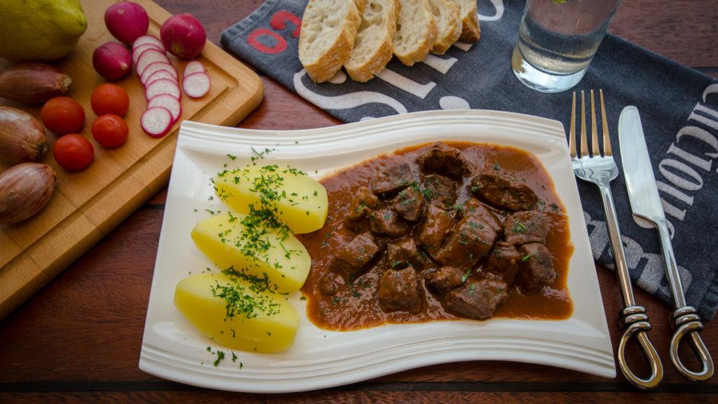 Rindergulasch in Rotweinsoße mit Petersilienkartoffeln