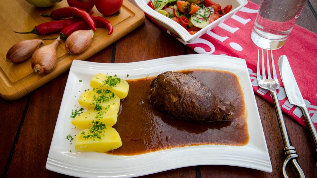 Rinder-Roulade in Rotweinsoße mit Petersilienkartoffeln