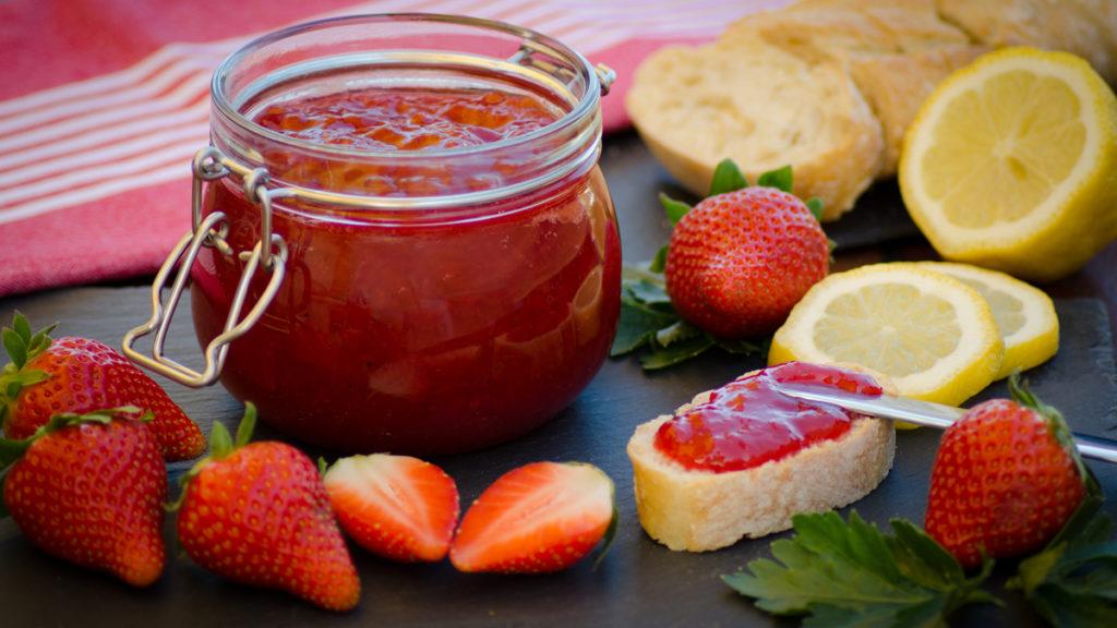 Erdbeermarmelade mit einen spritzer Zitrone